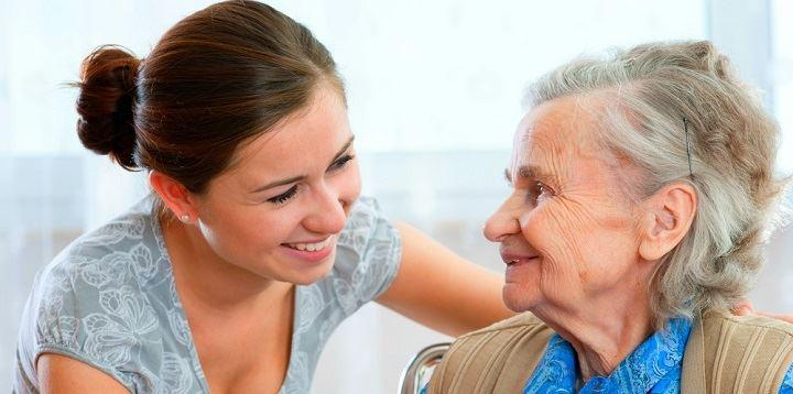 opiekunka seniorka uśmiech