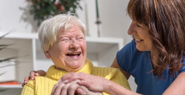 opiekunka z osoba chora na demencje