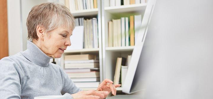 opiekunka pisze na komputerze