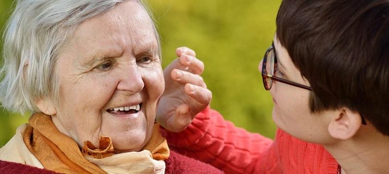 opieka nad starszą osobą