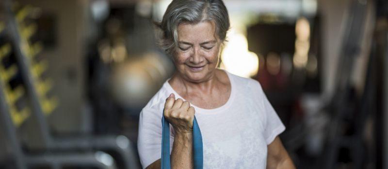 Senior ćwiczy na siłowni